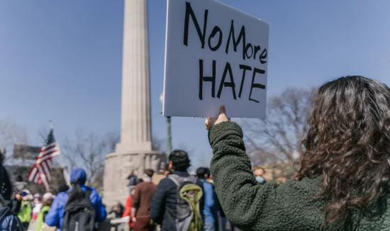 """在亚特兰大枪击案发生后,美国各地掀起""""停止仇恨亚裔""""游行。来源:芝加哥太阳时报"""