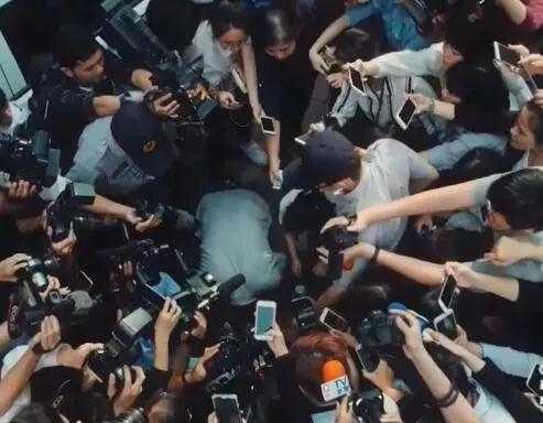 《我们与恶的距离》 杀人凶手的父母向媒体下跪