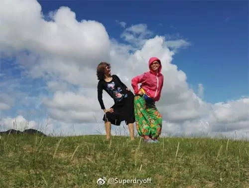 """""""阿姨們照相帶7條絲巾""""上熱搜_網友曬自家媽媽"""