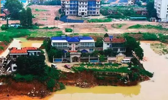 ▷涉拆区域现在只剩下4栋别墅未拆,其中3栋连成一排,归属涂汉江夫妇,摄于2016年6月(翻拍)