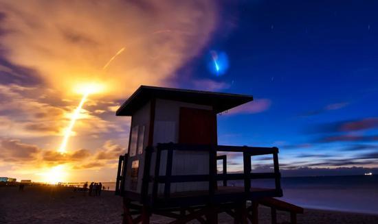 """美国太空探索技术公司6月13日顺利完成""""星链""""计划第9次发射任务,用一枚""""猎鹰9""""火箭将61颗卫星送入太空。新华社/美联"""