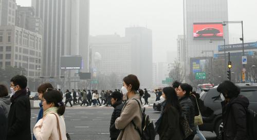 雾霾下的首尔 图片来源:世界日报