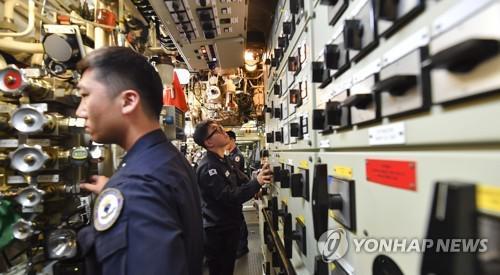 原料图:韩国武士在潜艇内做事的场景。(韩联社)