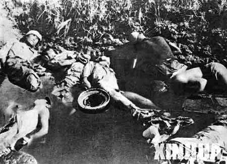 图为在南京大搏斗中,日军把无辜的中国人逆绑双臂枪杀后,掷入城郊池塘。 新华社发