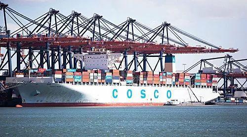 """▲中远集装箱运输有限公司的""""自豪""""号货轮停泊在荷兰鹿特丹港。(新华社)"""