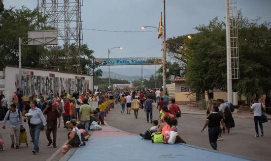 当地民众通过西蒙·玻利瓦尔国际大桥。新华社发