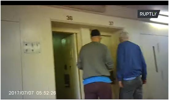 (右边男色衣服外子系阿桑奇,RT视频截图)