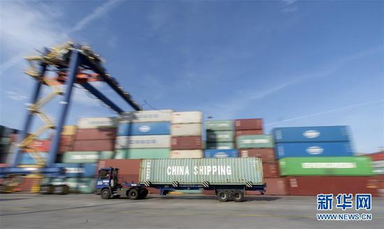 这是11月7日拍摄的希腊比雷埃夫斯港。 新华社记者费茂华摄