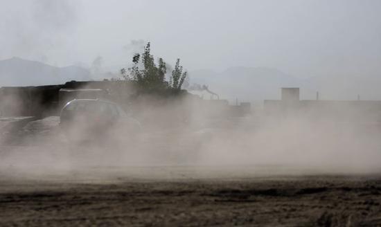 阿富汗首都喀布尔一条满是扬尘的道路。新华社发
