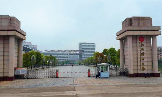 ·赖小民于1979年考上江西财经学院(今江西财经大学),就读国民经济计划专业。