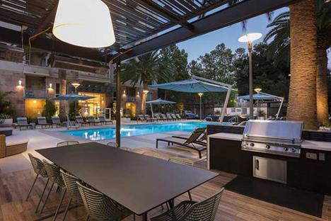 图为硅谷Mountain View一租赁小区,这类专门为租客建立的公寓,通常配备物业管理中心,好的租房社区中心会配备游泳池/健身房/室外烧烤/SPA等设备,一室一厅起价3000美元,来源:zillow