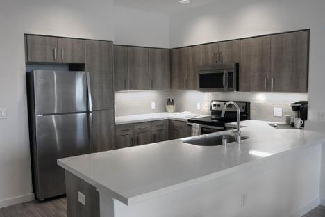图为配备好了家用电器的厨房,来源:zillow