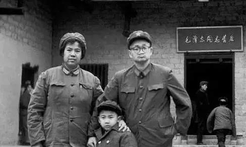 历史图片:毛新宇小时与父母毛岸青、邵华在韶山毛泽东同志故居前