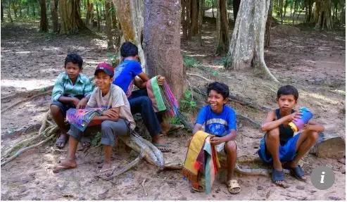 ▲兜售祝贺品,帮家人赢利在柬埔寨很常见 图据《南华早报》