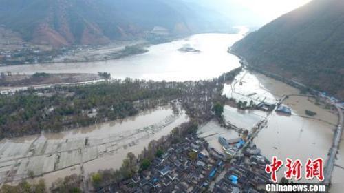 金沙江堰塞湖泄洪过境云南丽江 民房倒塌8000间