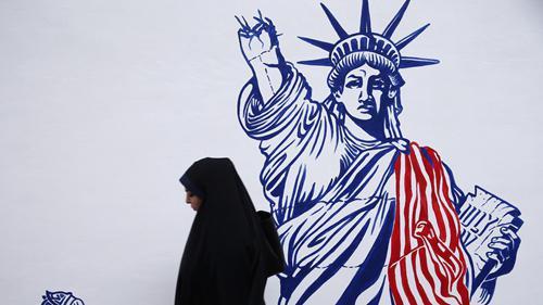 自由女神像高举火炬的右手被折断。图源:法新社