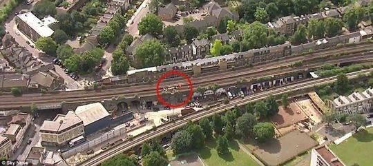 3名英国男子铁轨上涂鸦 遭火车碾压身亡