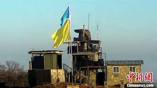 韩国国防部11月4日发布消息称,韩朝当天启动试点撤除警备哨所(GP)做事,为识别试点撤除对象,两边在哨所前插上黄色旗帜。中新社发 韩国国防部供图 摄