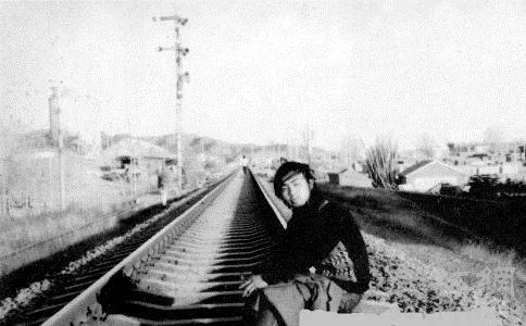 海子在昌平中国政法大学院后军都山上火车隧道口旁留影