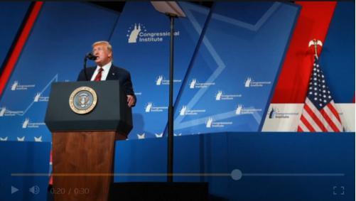 特朗普在会议现场发表演讲 图源:路透社报道截图