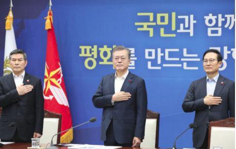 图左为韩国防长郑景斗,中间为韩国总统文在寅。(韩联社)
