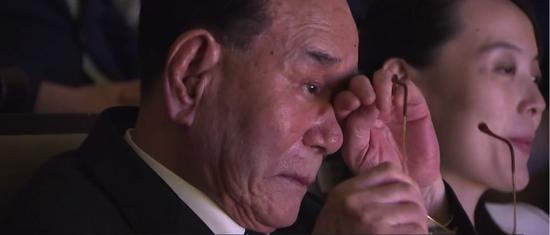 △金永男擦拭泪水(图片来自韩国媒体视频)
