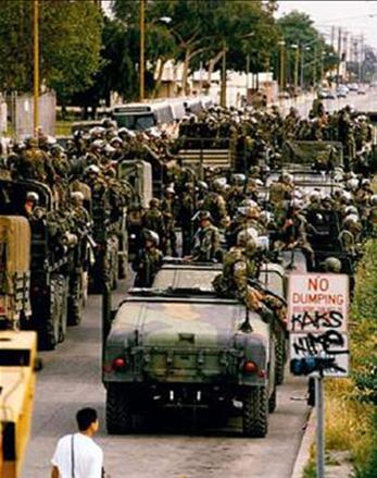 1992年5月2日,美國海軍陸戰隊抵達加州康普頓。