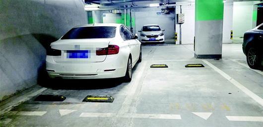 图为车位一侧靠墙,改造后司机仍然难以下车