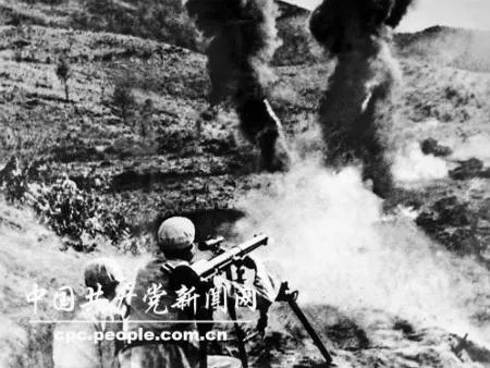 (图为志愿军战士击毁文登里公路上的敌军坦克)