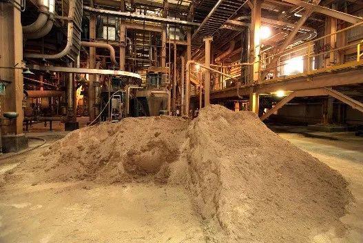 ▲芒廷山口稀土加工设施内待处理的稀土精矿