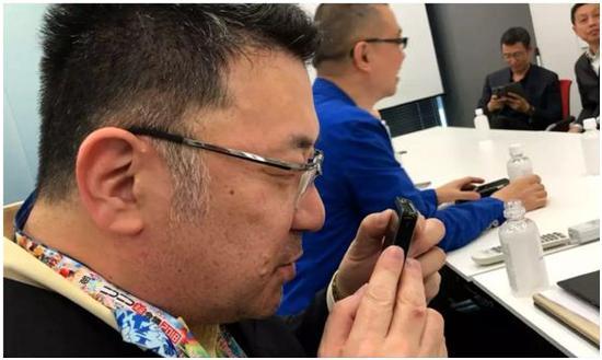 日本最大視頻分享網站NICONICO運營商Dwango公司的國際媒體合作總監吉川圭三嘗試用中國互聯網公司搜狗生產的翻譯機,與現場的中方人員進行翻譯交流。攝:薩蘇
