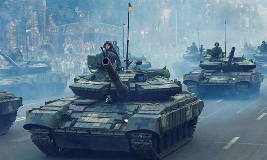 ▲正在参加阅兵的乌克兰装甲部队