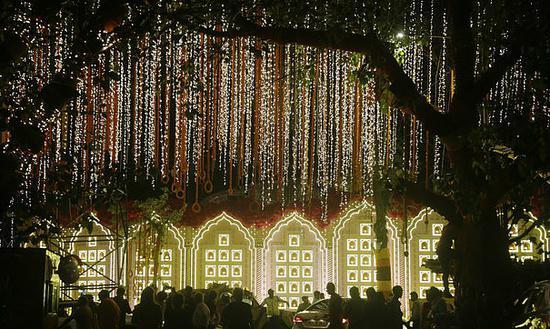 图为11日,印度始富穆克什·安巴尼(Mukesh Ambani)房子表的街道被灯光点亮。(图:美联社)