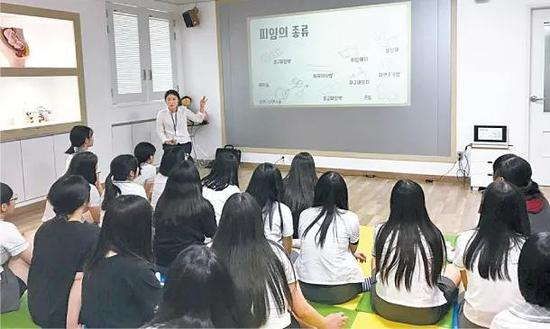 """韩国学校性教育有多""""畸形""""?家长给孩子报班补习"""