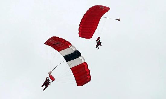 两名老兵跳伞降落
