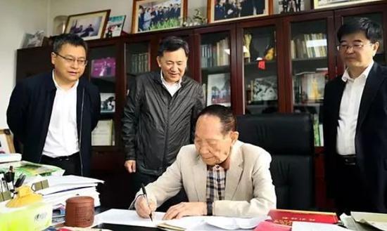 刚出任董事长的袁隆平,为何任此地政府顾问?