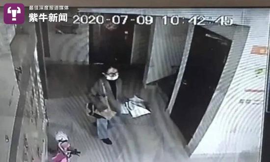 监控拍到的女孩离开小区的画面