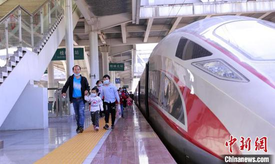 资料图:桂林北站旅客有序出站。郑长贤 摄