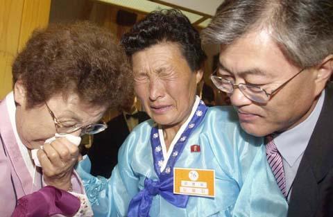 2004年,文在寅陪母亲(左)与朝鲜的小姨在金刚山见面。(《世界日报》)