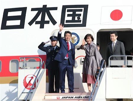 安倍与夫人昭惠在羽田机场(时事通信社)