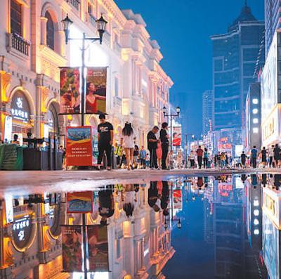 辽宁沈阳,市民在中街商业街购物。 黄金��摄(影像中国)