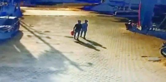 监控显示2名少年拿着汽油桶走在街上。