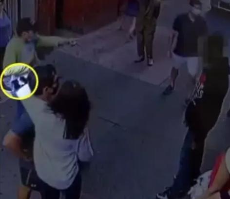 华裔店主露出腰上的枪