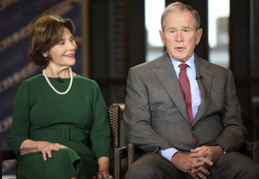 小布什夫妇接受采访(图源:美联社)