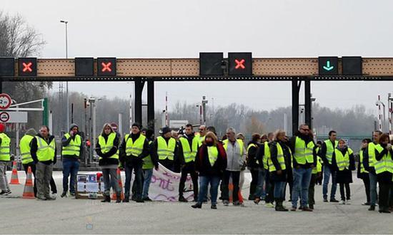 荟萃在交通要道的抗议者 图自 法国BMF TV推特