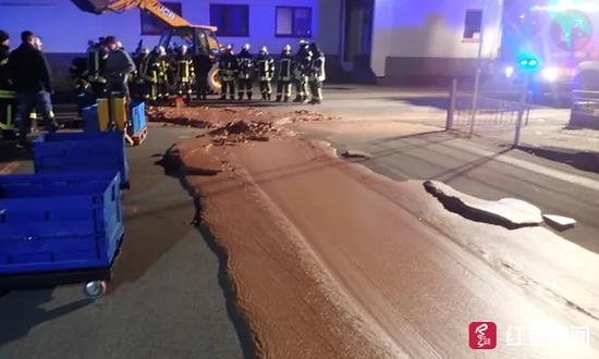 约1000公斤的巧克力流到了路面上 图据《卫报》