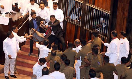 """11月16日,斯里兰卡议会上演""""全武行""""。"""
