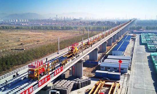 京张高铁铺轨画面