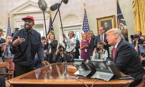 2018年10月11日,美国总统特朗普(右)在白宫会见说唱歌手坎耶·维斯特等人