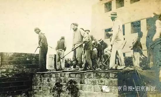 开工典礼后,工人开始施工。